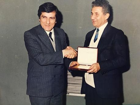 Prof.Dr. Ferruh Korkut eski sağlık bakanı Prof.Dr. Yıldırım Aktuna'dan plaket alırken
