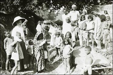 Missionnaire à l'école du dimanche au village