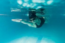 cerca-nadador-olimpico-agua_23-214839360