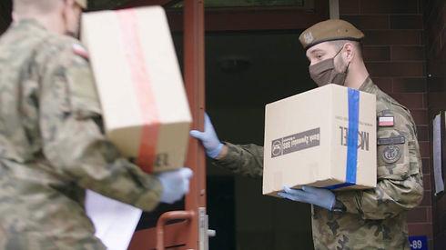 Pomoc dla mieszkańców dzielnicy dystrybuowana przez żołnierzy WOT.