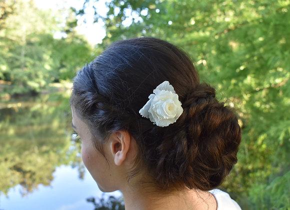 Mini peigne fleuri Bianca en fleurs stabilisées.