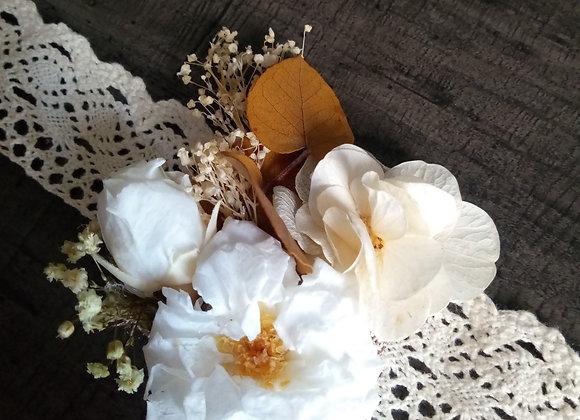 bracelet fleuri Henriette en fleurs éternelles, roses anciennes et dentelles
