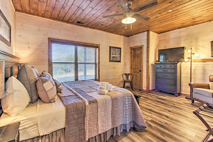 Master Bedroom 1 king bed with en-suite bathroom main level