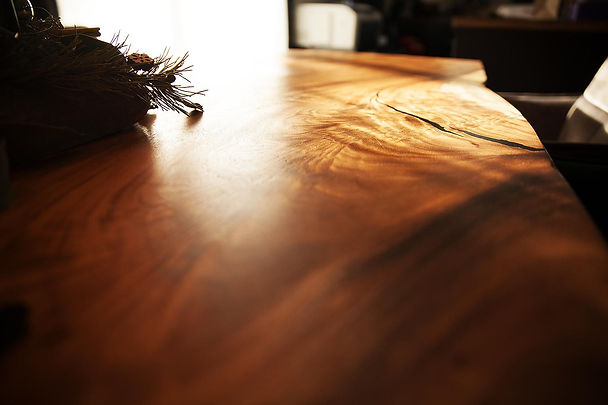 Baumstamm-Tisch-nahaufnahme.jpeg