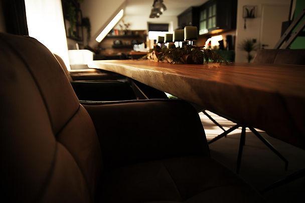 Baumstamm-tisch-mit-Baumkante.jpg