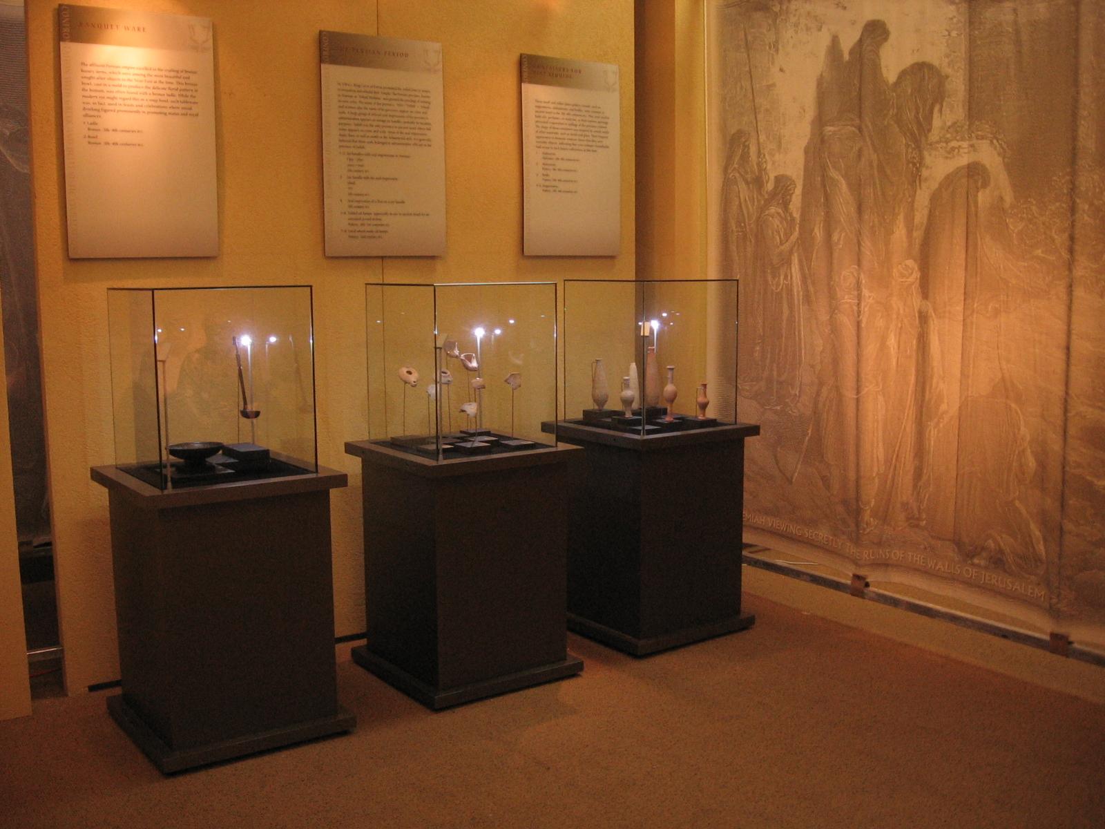 Freestanding showcases