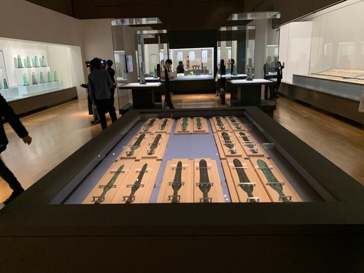 出雲大社本殿を支えた巨大な柱や多数の銅剣、銅鐸群など日本の美の力を体感。特別展「出雲と大和」が今日から開幕