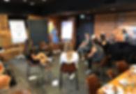 Team im Stuhlkreis bei einen Seminar