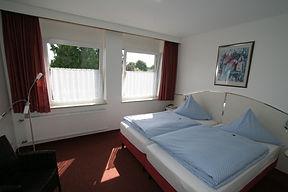 Deluxe Doppelzimmer. Komfortabel und lichtdurchflutent. Kostenloses W-LAN, Flat-Screen-TV mit Sky, Badezimmer