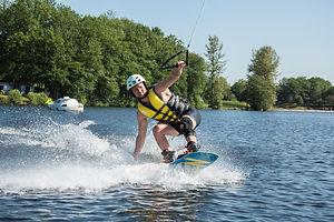 Pratiquer le wakeboard pour EVJF ou entairement de vie de garçon en Corrèze