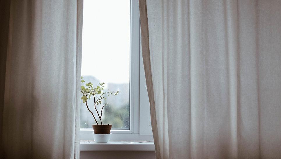 fenetre avec rideaux