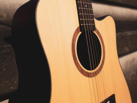 Um violão Folk todo fosco com cutway