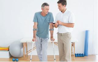 Ritorno alla guida dopo protesi di anca o ginocchio: tempistiche e fattori da considerare
