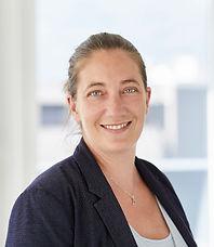 Ein Portraitbild von Lea Mathis. Sie arbeitet im Sekretariat bei der Anwaltskanzlei Caviezel Partner in Chur.