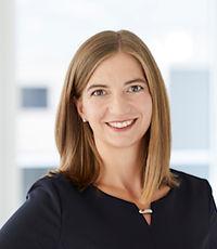 Ein Portraitbild vom Anwältin Corina Caluorialt Flavio Decurtins. Sie ist Anwältin bei der Anwaltskanzlei Caviezel Partner in Chur.