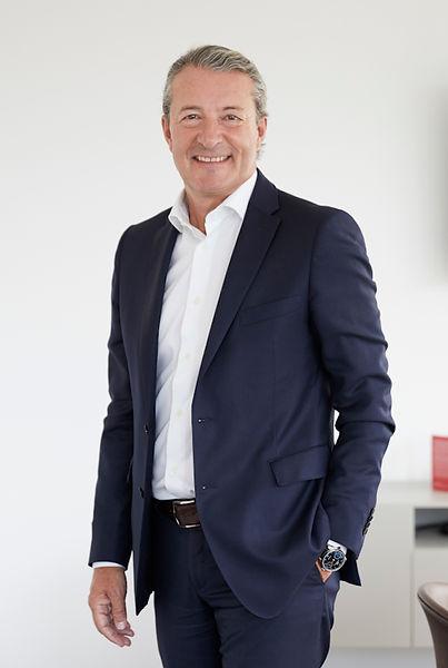 Anwalt und Notar Gieri Caviezel steht im Büro der Anwaltskanzlei Caviezel Partner in Chur.