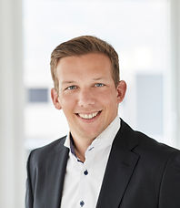 Ein Portraitbild von Lorenz Raschei. Er ist Substitut bei der Anwaltskanzlei Caviezel Partner in Chur.
