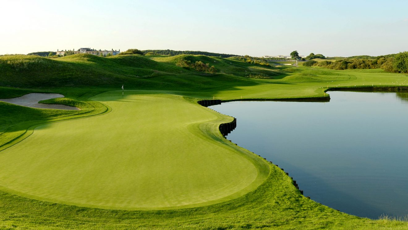 Le-Golf-National-Hole-1-Albatros-1320x743