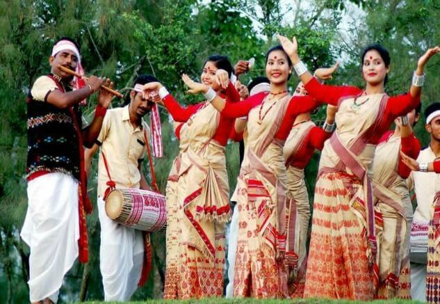 Assamese-women-and-men-dancing-during-Bi