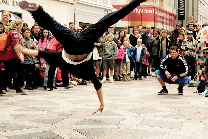 593ff11d2d68cd1951cc0732_Breakdancers-in