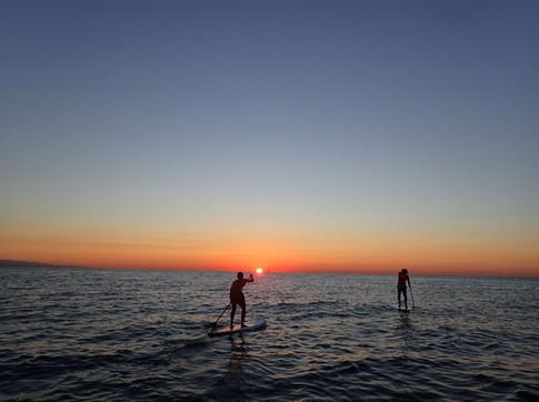 Paddle surf al amanecer