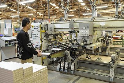 Ouvrier-manoeuvre-ébénisterie moderne et industrielle