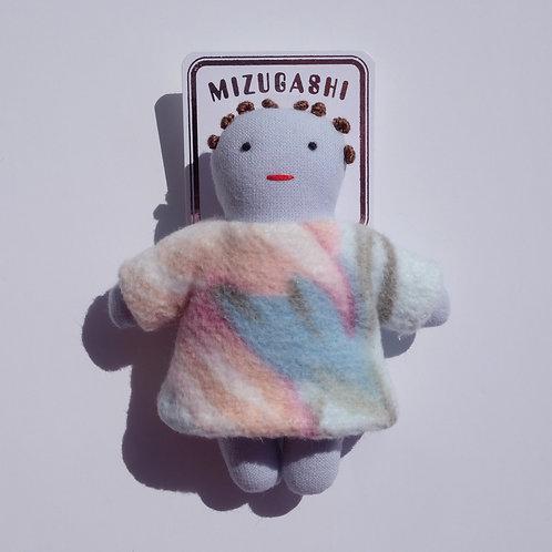 水菓子人形ブローチ・毛布を着たブルーの子・