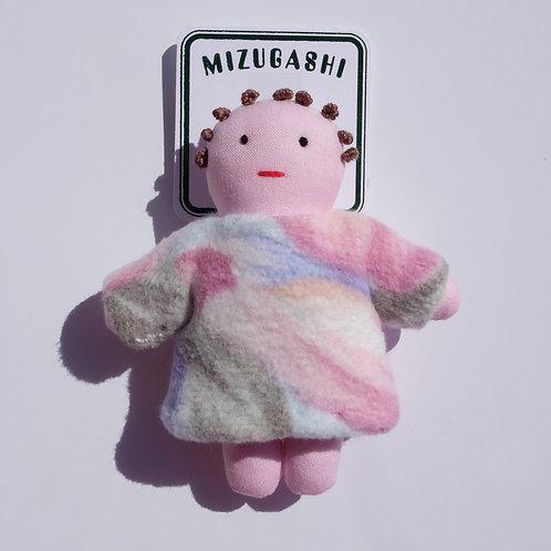 水菓子人形ブローチ・毛布を着たピンクの子・