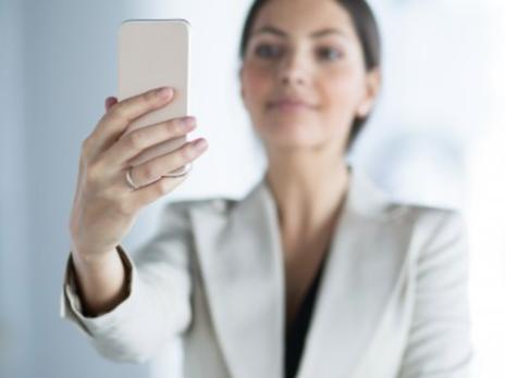 Uso excessivo de celulares e redes sociais pode gerar demissão por justa causa