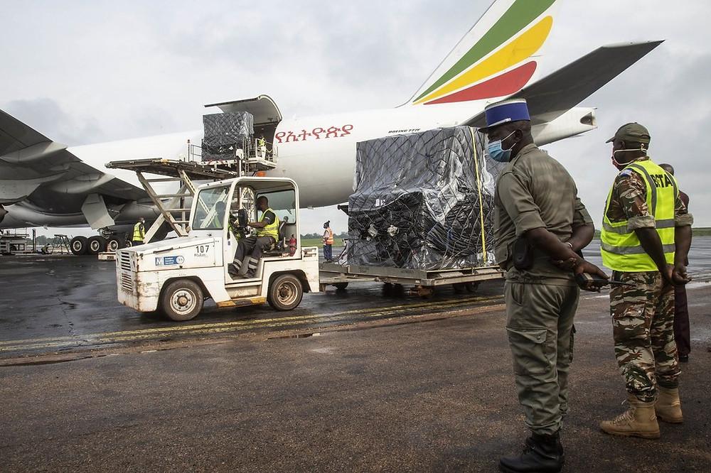 MINUSCA - Déchargement du matériel électoral d'un l'avion-cargo en RCA