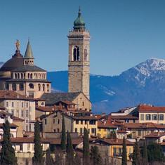 04-Città-alta-con-Monte-Bronzone.jpg