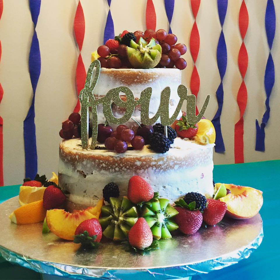 """Naked Cake"" with fruit"