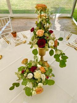 Blumenschmuck des eingedeckten Tisches