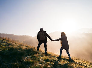 senior-couple-on-a-walk-in-an-autumn-nat