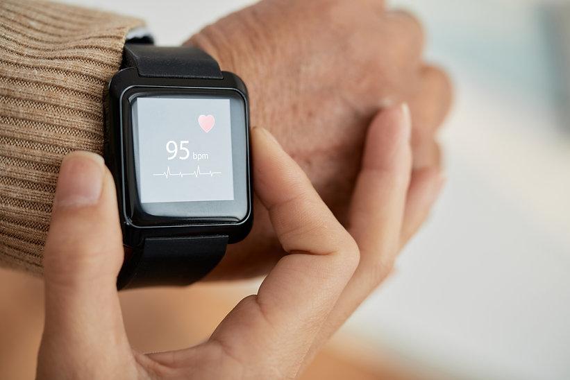 checking-pulse-with-smartwatch-ANVPJ8P.j