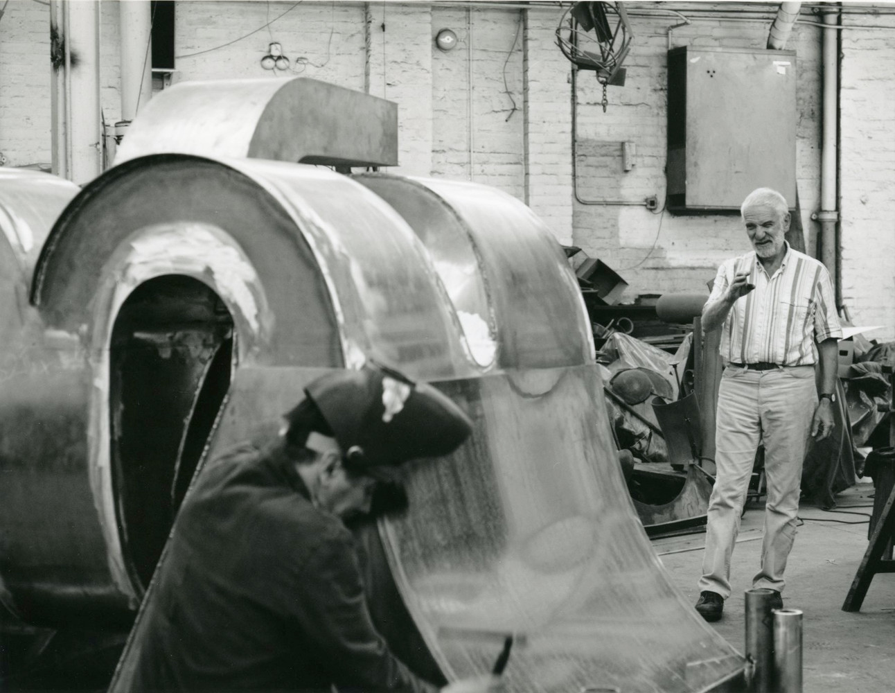 Anthony Caro working on Elephant Palace with Patrick Cunningham, 1989