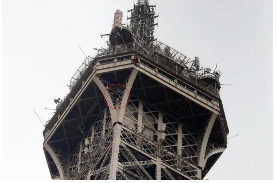 Escaló la Torre Eiffel y ordenaron evacuación de emergencia