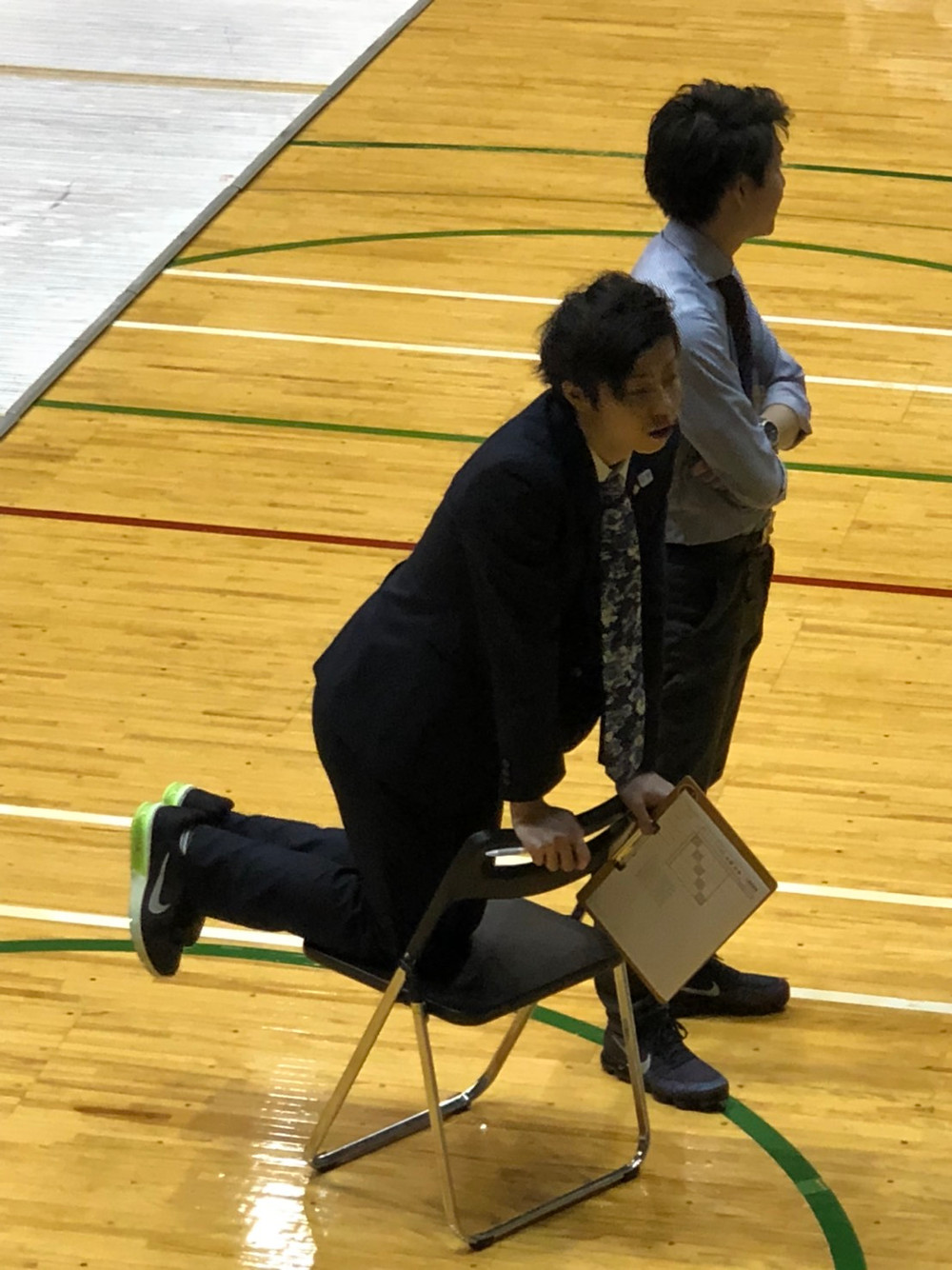 かわいいポーズの佐藤好寛コーチ(国際審判員)