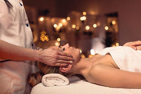 concepto-bienestar-mujer-centro-masaje_2