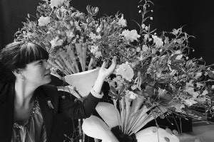 """Friese bloemiste maakt """"laatste boeket"""" voordat zij afreist naar EK Bloemsierkunst"""