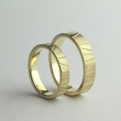 Obrączki ślubne w krzywe paski