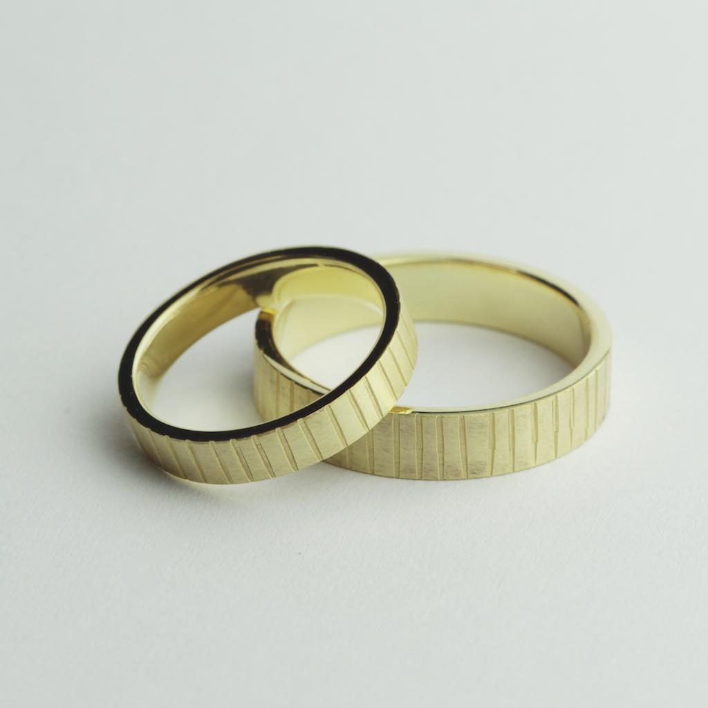 Obrączki ślubne w paski