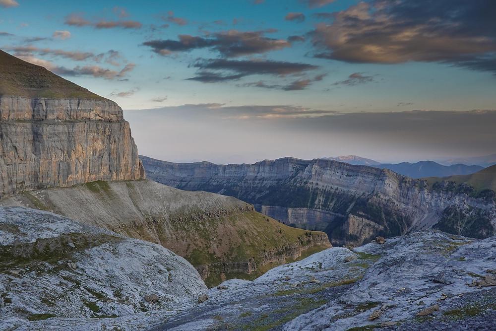 """Le but de la randonnée est de parcourir la """"Vire aux Fleurs"""", longue de près de 4 km, qui parcours le haut de la falaise à gauche de la photo en haut. Le fond du canyon est 1000 m plus bas. Jamais très difficile, le sentier nécessite de l'attention...chute interdite."""