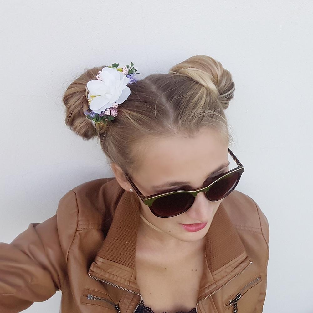 účes s květinovou sponou Mickey Maus