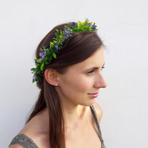 VĚNEČEK Z KVĚTIN DO VLASŮ je vyroben z umělohmotných květin. Věneček skvěle  drží na vlasech díky spodní ochranné vrstvě z lístečků c7e40ba719
