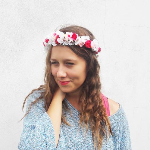 KVĚTINOVÝ VĚNEČEK je vyroben z textilních a umělohmotných květin. Věneček  skvěle drží na vlasech díky spodní ochranné vrstvě z lístečků 3914ceded7
