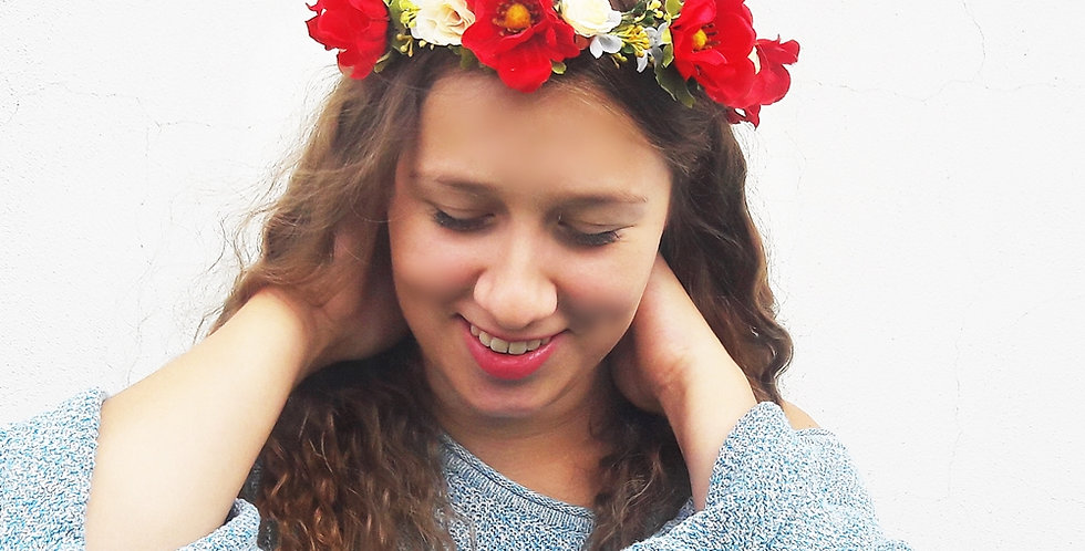 Věneček do vlasů z květin sasanky