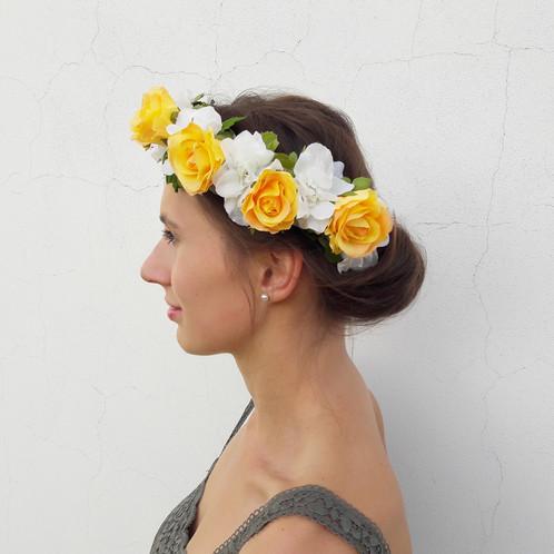 KVĚTINOVÝ VĚNEČEK je vyroben z textilních květin. Věneček skvěle drží na vlasech  díky spodní ochranné vrstvě z lístečků b9ffa3048d