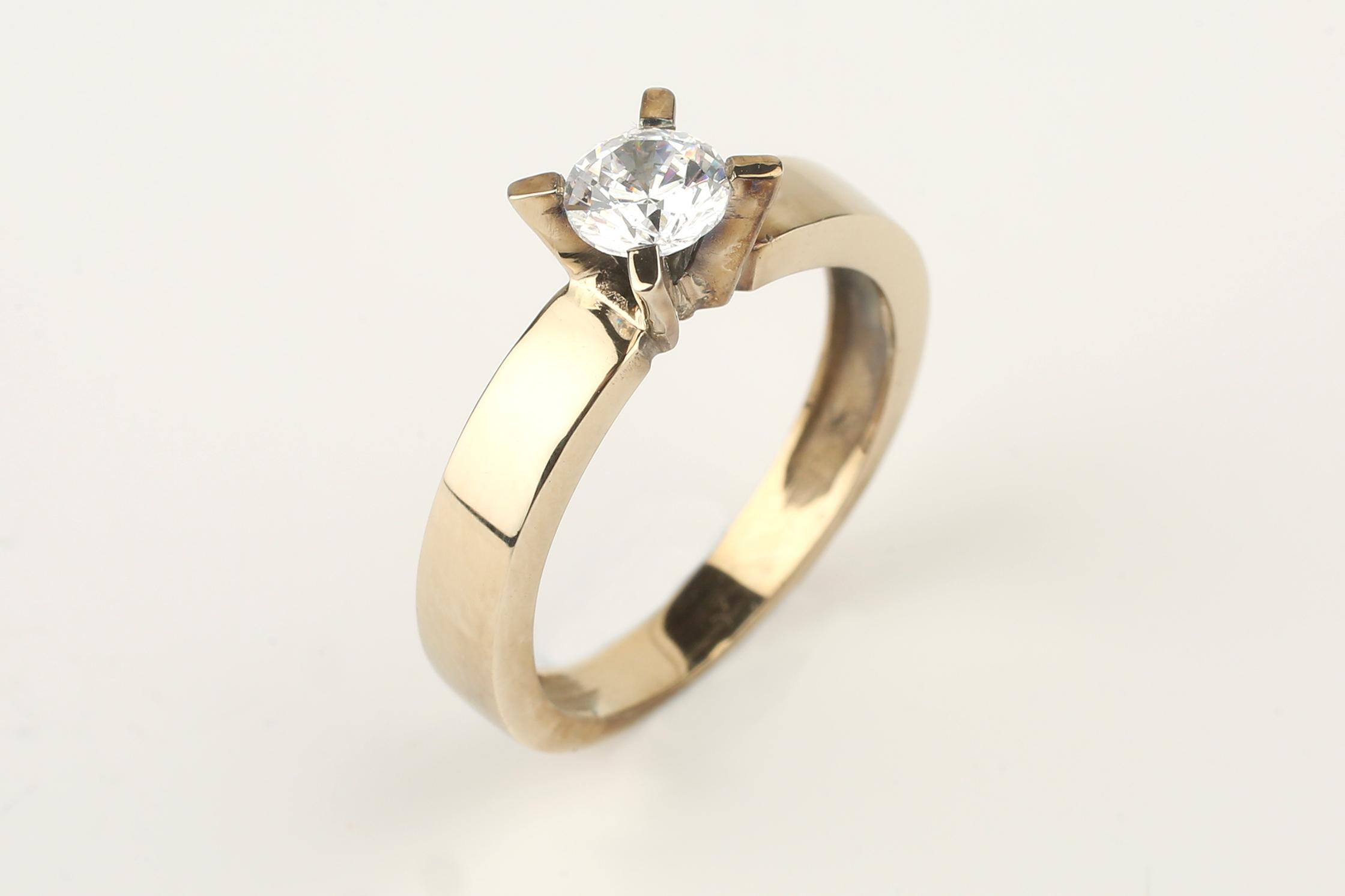 Solitario en oro amarillo y diamante