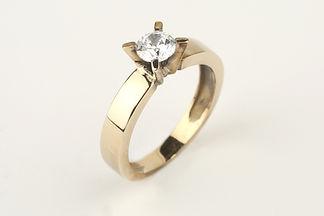 Anillo oro amarillo y diamante